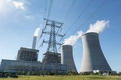 Central térmico y pilón de la electricidad imagen de archivo