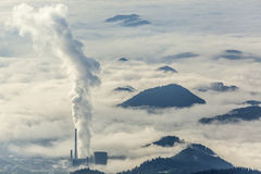 Central térmico en paisaje de niebla Imagen de archivo