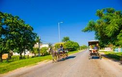 CENTRAL VÄG, KUBA - SEPTEMBER 06, 2015: Häst och en vagn Arkivfoto
