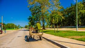 CENTRAL VÄG, KUBA - SEPTEMBER 06, 2015: Häst och en vagn Royaltyfri Fotografi