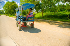 CENTRAL VÄG, KUBA - SEPTEMBER 06, 2015: Häst och en vagn Royaltyfri Bild