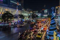 Central världsshoppinggalleria som är upplyst på natten, Thailand Arkivbild