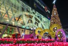 Central världsshoppinggalleria som är upplyst på natten, Thailand Royaltyfria Foton