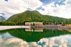 Central y lago el hidroeléctrico en Ligonchio, Emilia Apennines, Italia Fotos de archivo libres de regalías