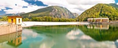 Central y lago el hidroeléctrico en Ligonchio, Emilia Apennines, Italia Imagen de archivo libre de regalías