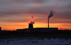 Central y puesta del sol térmica Imagenes de archivo