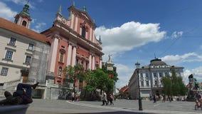 Centrala gator av staden av Ljubljana den huvud och största staden av Slovenien 06/26/2018 Folk som strosar i mitten stock video