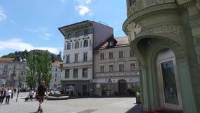 Centrala gator av staden av Ljubljana den huvud och största staden av Slovenien Kyrkor och slott på kullen Flaggor lager videofilmer