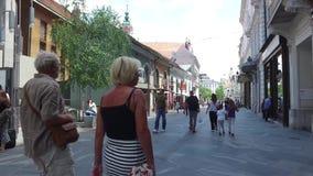 Centrala gator av staden av Ljubljana den huvud och största staden av Slovenien Kyrkor och slott på kullen arkivfilmer