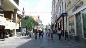 Centrala gator av staden av Ljubljana den huvud och största staden av Slovenien Kyrkor och slott på kullen lager videofilmer