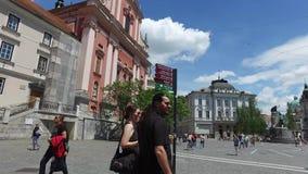 Centrala gator av staden av Ljubljana den huvud och största staden av Slovenien Kyrkor och slott på kullen stock video