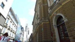 Centrala gator av staden av Ljubljana den huvud och största staden av Slovenien Stolpe - kontorsslott lager videofilmer