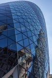 CENTRALA LONDON/ENGLAND - 18 05 2014 - Himmel-skrapa reflexioner ses i ättiksgurkans fönster Royaltyfri Fotografi
