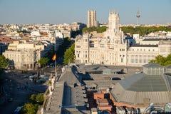 Centrala Madrid bredvid Plaza de Cibeles och kommunikationsslotten Royaltyfria Foton