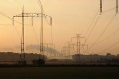 Centrale électrique dans le brouillard enfumé photos stock