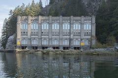 Centrale électrique 2 de lac Buntzen sur le bras indien photographie stock