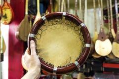 Centrale Aziatische traditionele muzikale instrumententamboerijn Oezbekistaanse doira in een hand stock afbeeldingen
