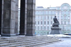 Centrale Bibliotheek en het monument aan Dostoevsky Stock Foto's