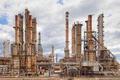 Centrale d'industrie pétrochimique de raffinerie de pétrole Photographie stock libre de droits
