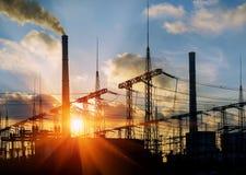 Centrale de centrale à charbon et usine de ciment la nuit Photo libre de droits