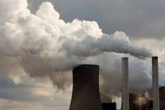 Centrale de centrale à charbon soufflant loin Image stock