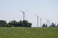 Centrale de moulins à vent dans le paysage rural Ferme de turbine de vent pour la production de courant électrique Moulins à vent photographie stock libre de droits