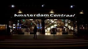 Centrale de postingang van Amsterdam bij nacht stock videobeelden