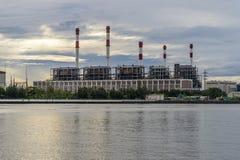 Centrale elettrica alla riva del fiume durante l'alba Fotografia Stock