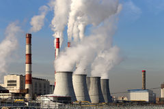 Centrale elettrica bruciante con i fumaioli, Mosca, Russia del carbone fotografia stock