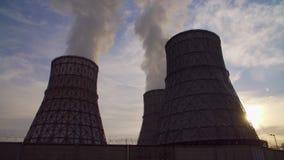 Centrale elettrica Coal-burning Centrale elettrica termica al tramonto Bello declino I tubi di fumo della centrale elettrica term archivi video