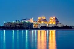 Centrale elettrica con il raffreddamento enorme Immagini Stock