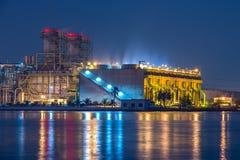 Centrale elettrica con il raffreddamento enorme Fotografie Stock Libere da Diritti