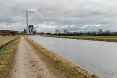 centrale elettrica con l'alto camino Fotografie Stock