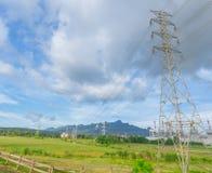 Centrale elettrica con la linea elettrica ad alta tensione di elettricità campagna del paesaggio Fotografia Stock Libera da Diritti