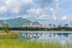 Centrale elettrica con la montagna della natura del parco ed ambiente verde del lago buon a Mae Moh Lampang Thailand fotografia stock