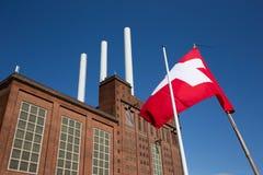 Centrale elettrica danese con la bandiera della Danimarca Immagine Stock