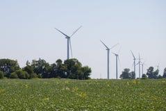 Centrale elettrica dei mulini a vento nel paesaggio rurale Azienda agricola del generatore eolico per produzione di energia elett fotografia stock libera da diritti