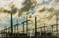 Centrale elettrica del carbone con i grandi camini e sottostazione elettrica sulla parte anteriore fotografia stock