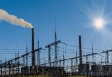 Centrale elettrica del carbone con il camino ed il sole Fotografia Stock Libera da Diritti