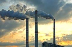 Centrale elettrica del carbone nell'ambito del tramonto Fotografie Stock Libere da Diritti