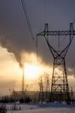 Centrale elettrica del gas nel paesaggio freddo di inverno durante il tramonto Immagini Stock