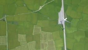 Centrale elettrica del generatore eolico sul paesaggio aereo del campo agricolo verde dal fuco di volo Generazione di energia eol stock footage