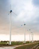 Centrale elettrica del vento contro e tramonto leggero Immagine Stock