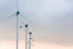 Centrale elettrica del vento contro e tramonto leggero Fotografia Stock Libera da Diritti