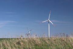 Centrale elettrica del vento di giorno in primavera Lame giranti dei generatori di energia Pulisca ecologicamente l'elettricità T Fotografia Stock Libera da Diritti