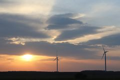 Centrale elettrica del vento nel tramonto Lame giranti dei generatori di energia Pulisca ecologicamente l'elettricità Tecnologie  Fotografia Stock Libera da Diritti