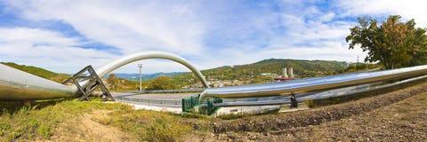 Centrale elettrica di energia geotermica in colline della Toscana - vista panoramica fotografia stock