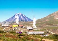 Centrale elettrica di energia geotermica vicino ad un vulcano Immagini Stock
