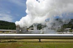 Centrale elettrica di energia geotermica vicino al giacimento geotermico di Wairakei in Nuova Zelanda Fotografie Stock Libere da Diritti
