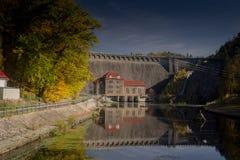 Centrale elettrica di energia idroelettrica con il reservior in Pilchowice Immagini Stock